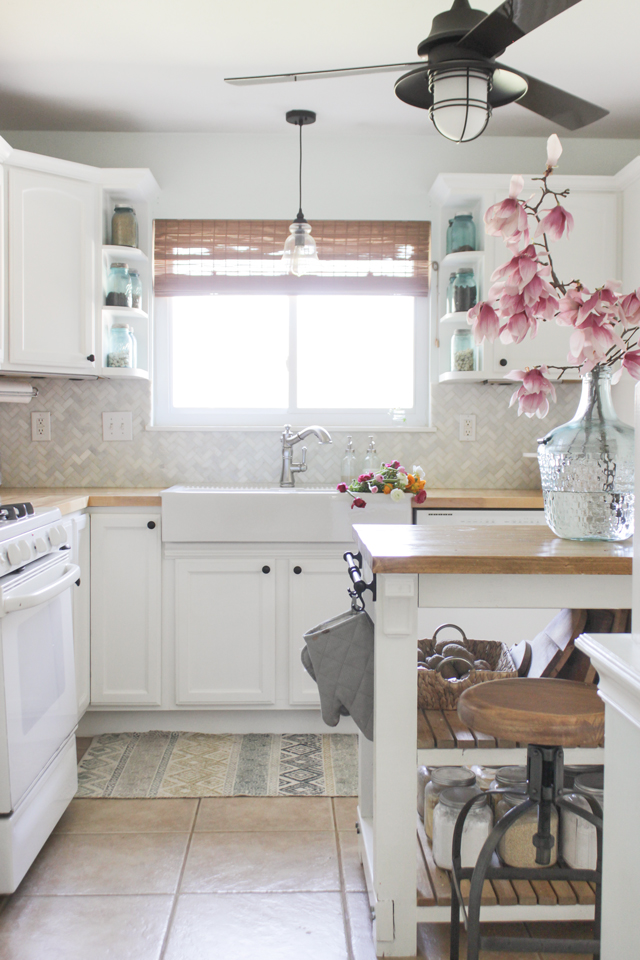 Cozy Spring Home Tour- Farmhouse kitchen and magnolia blooms